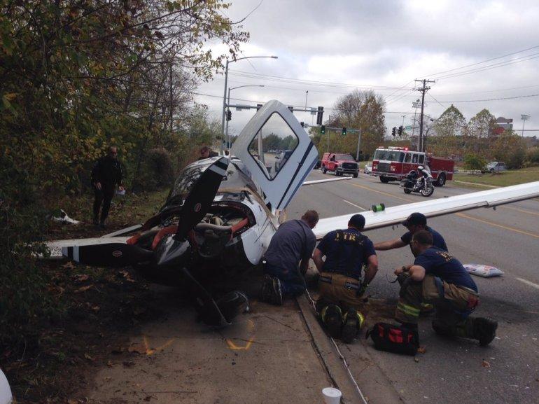 [Internacional] Pequeno avião com 3 a bordo cai em avenida e atinge carro nos EUA Fayetteville-plane-emergency-landing12