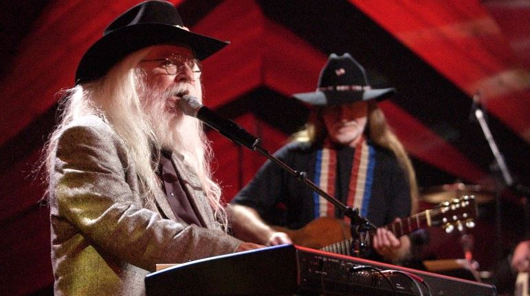 Leon Russell (L) performs with Willie Nelson in 2003