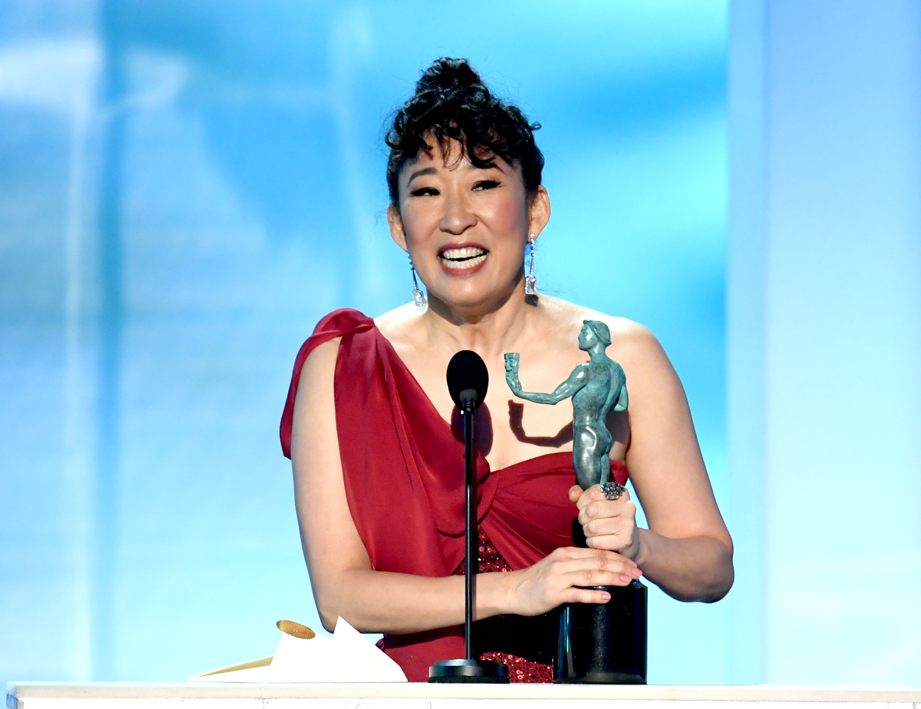 LOS ANGELES, CALIFORNIA - JANUARY 27: Sandra Oh accepts Outstanding Performance by a Female Actor in a Drama Series onstage during the 25th Annual Screen Actors Guild Awards at The Shrine Auditorium on January 27, 2019 in Los Angeles, California. (Photo by Kevin Winter/Getty Images for Turner)