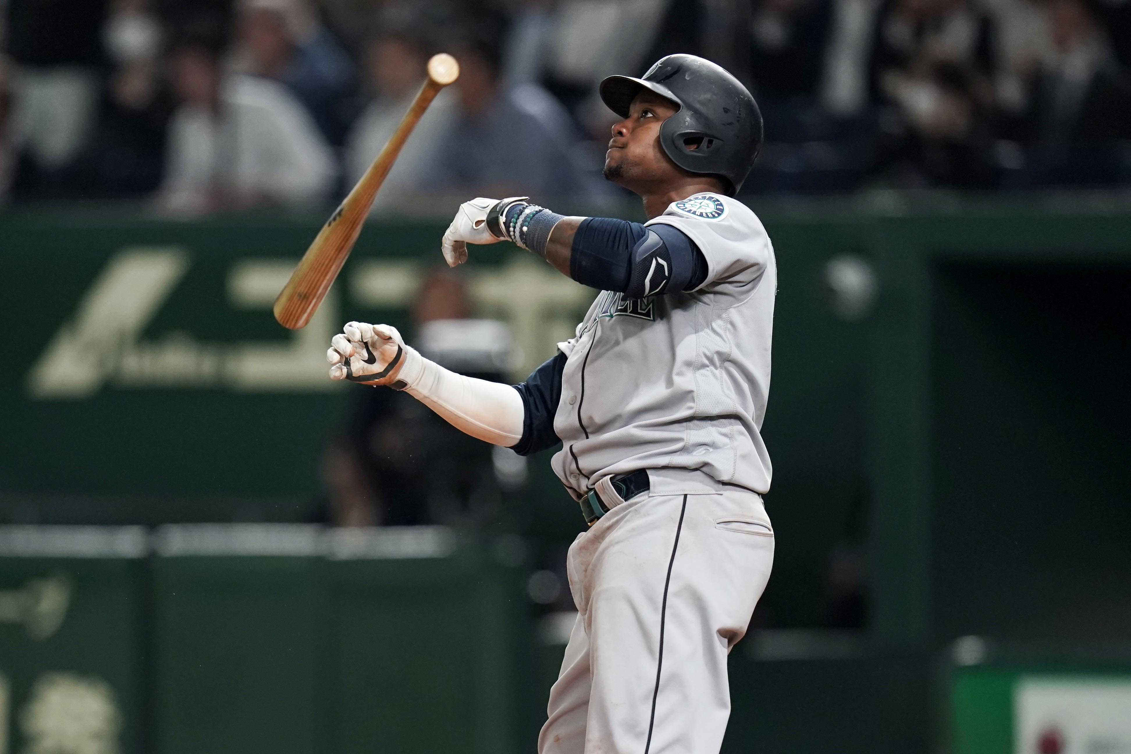 TOKYO, JAPAN - MARCH 20: Infielder Tim Beckham #1 of the Seattle Mariners hits a two-run homer to make it 9-4 in the 5th inning during the game between Seattle Mariners and Oakland Athletics at Tokyo Dome on March 20, 2019 in Tokyo, Japan. (Photo by Masterpress/Getty Images)