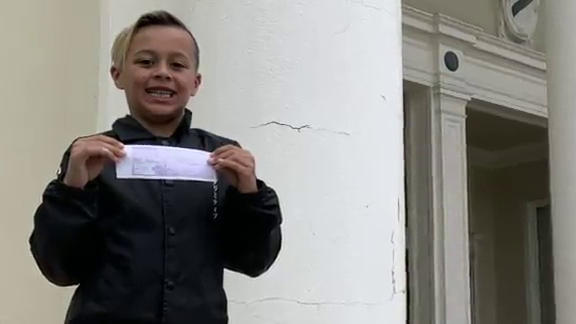 9-Year-Old Boy Pays Off Lunch Debts For Entire 3rd Grade Class thumbnail