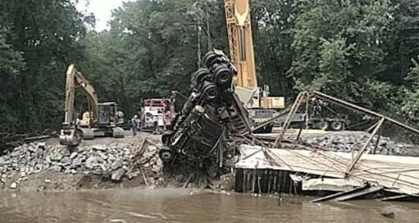 Crews Working To Remove Semi-Truck From Petit Jean River In Yell County